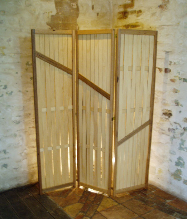 Screen with hardwood frame and woven plywood slats